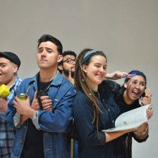 Siempre alegres: en Rosario los pibes y pibas acompañan desde el humor